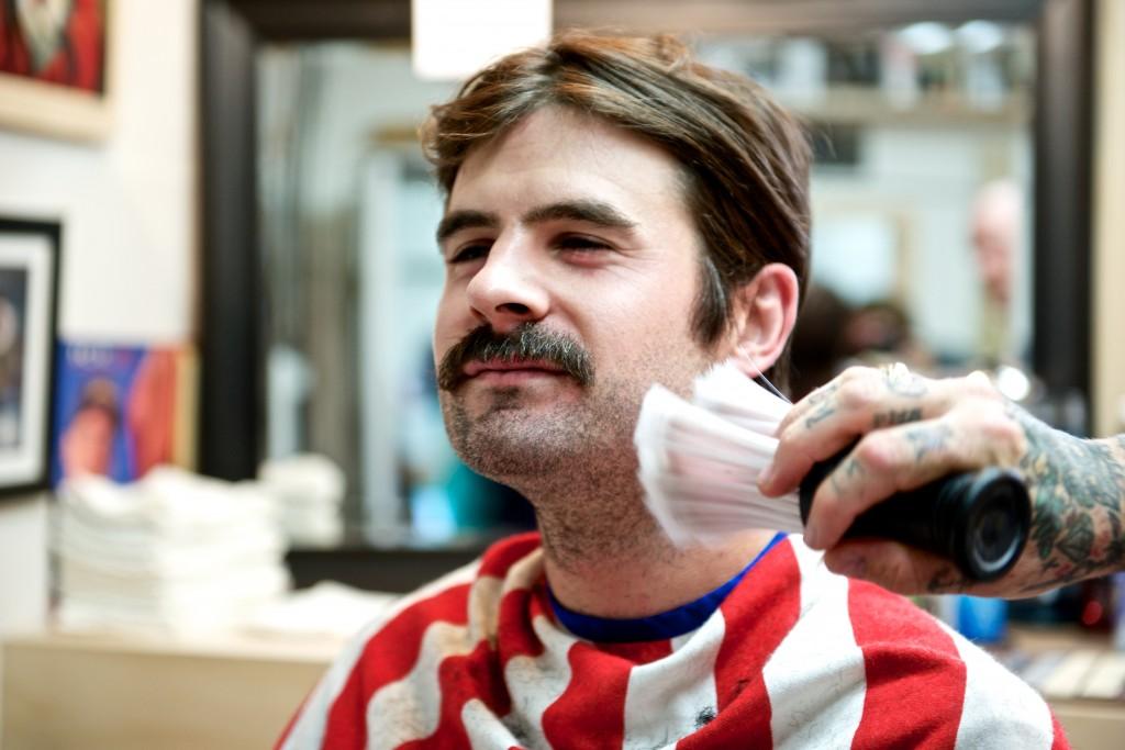 Dejarse bigote durante el mes de noviembre es el gesto de participación básico en Movember.